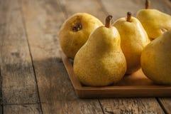 отрезанный ананас плодоовощ отрезока предпосылки половинный Свежие органические груши на старой древесине Стоковые Изображения RF