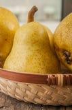 отрезанный ананас плодоовощ отрезока предпосылки половинный Свежие органические груши на старой древесине Стоковая Фотография