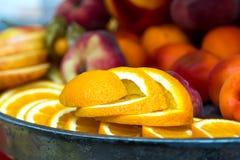 Отрезанный апельсин на плите Куски апельсина на таблице банкета Стоковые Изображения