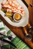 Отрезанный бекон служил с соусом и мариновал огурцы на плите Стоковое Изображение RF