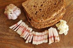 Отрезанный бекон солёного свинины на прерывая доске с чесноком и хлебом Стоковая Фотография RF