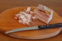 Отрезанный бекон солёного свинины на прерывая доске Стоковые Изображения RF