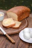 Отрезанный белый хлеб на натюрморте таблицы деревянной доски Стоковая Фотография RF