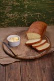 Отрезанный белый хлеб на натюрморте таблицы деревянной доски Стоковая Фотография