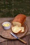 Отрезанный белый хлеб на натюрморте таблицы деревянной доски Стоковое Фото
