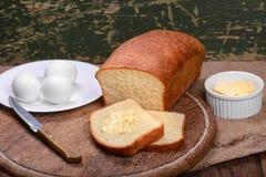 Отрезанный белый хлеб на натюрморте таблицы деревянной доски Стоковые Изображения RF