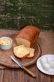 Отрезанный белый хлеб на натюрморте таблицы деревянной доски Стоковые Фото