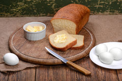 Отрезанный белый хлеб на натюрморте таблицы деревянной доски Стоковое Изображение RF