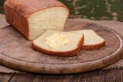 Отрезанный белый хлеб на таблице деревянной доски Стоковое фото RF