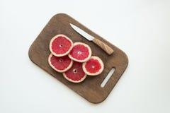 Отрезанный грейпфрут на разделочной доске Стоковое фото RF