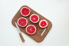 Отрезанный грейпфрут на разделочной доске Стоковые Изображения RF