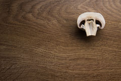 Отрезанный гриб на таблице Стоковые Изображения
