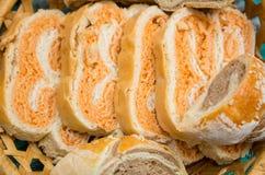 Отрезанный домодельный хлеб в сплетенной корзине Стоковые Фотографии RF