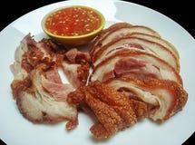 Отрезанный зажаренный в духовке свинина с соусом chili на белой плите стоковая фотография rf