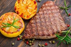 Отрезанный зажаренный стейк барбекю говядины с лимоном Стоковые Фото