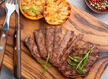 Отрезанный зажаренный стейк барбекю говядины Стоковые Фотографии RF