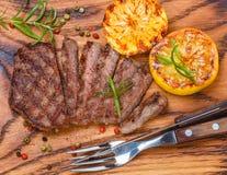 Отрезанный зажаренный стейк барбекю говядины Стоковое Изображение
