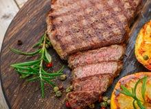 Отрезанный зажаренный стейк барбекю говядины Стоковая Фотография RF