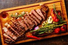 Отрезанный зажаренный стейк Striploin и овощи Стоковая Фотография