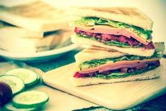Отрезанный зажаренный хлеб сандвичей с беконом, ветчиной и сыром с Стоковое Изображение