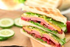 Отрезанный зажаренный хлеб сандвичей с беконом, ветчиной и сыром с Стоковое фото RF