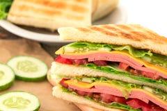 Отрезанный зажаренный хлеб сандвичей с беконом, ветчиной и сыром с Стоковая Фотография