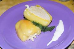 Отрезанный заполненный перец с макаронными изделиями с укропом сыра и сметаны Стоковые Изображения