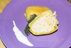 Отрезанный заполненный перец с макаронными изделиями с укропом сыра и сметаны Стоковое Фото