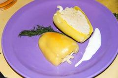 Отрезанный заполненный перец с макаронными изделиями с укропом сыра и сметаны Стоковое фото RF