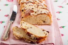 Отрезанный заплетенный сладостный хлеб Стоковое Изображение RF
