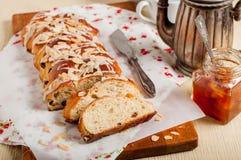 Отрезанный заплетенный сладостный хлеб Стоковые Фото