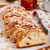Отрезанный заплетенный сладостный хлеб Стоковое фото RF