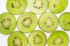 отрезанный зеленого плодоовощ кивиа плодоовощ кивиа на белой предпосылке Стоковое Изображение RF