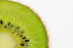 отрезанный зеленого плодоовощ кивиа плодоовощ кивиа на белой предпосылке Стоковое Изображение