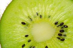 отрезанный зеленого плодоовощ кивиа плодоовощ кивиа на белой предпосылке Стоковые Изображения RF