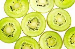 отрезанный зеленого плодоовощ кивиа плодоовощ кивиа на белой предпосылке Стоковые Фото