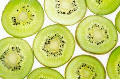 отрезанный зеленого плодоовощ кивиа плодоовощ кивиа на белой предпосылке Стоковая Фотография