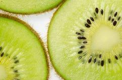 отрезанный зеленого плодоовощ кивиа плодоовощ кивиа на белой предпосылке Стоковое фото RF
