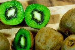 Отрезанный зеленый зрелый киви Стоковое Изображение