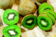 Отрезанный зеленый зрелый киви Стоковые Фото