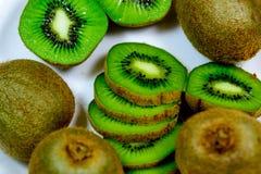 Отрезанный зеленый зрелый киви Стоковые Изображения