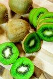 Отрезанный зеленый зрелый киви Стоковое фото RF