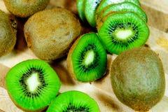 Отрезанный зеленый зрелый киви Стоковое Изображение RF