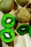 Отрезанный зеленый зрелый киви Стоковые Фотографии RF