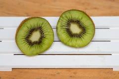 Отрезанный зеленый киви на предпосылке Стоковое фото RF