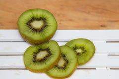 Отрезанный зеленый киви Стоковая Фотография