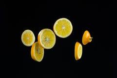 Отрезанный лимон дальше изолированный на черноте Стоковая Фотография RF