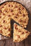 Отрезанный итальянский конец-вверх Sbrisolona пирога на таблице Вертикаль к Стоковое Изображение