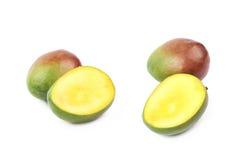 Отрезанный и отрезанный изолированный плодоовощ манго Стоковое Изображение