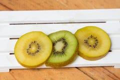 отрезанный киви Желтый и зеленый киви Стоковая Фотография